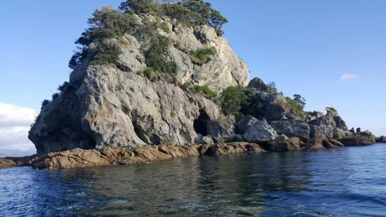 중앙의 검게 보이는 부분이 동굴인데 비바람 햇빛등을 피할수 있고  잘수도 있습니다.