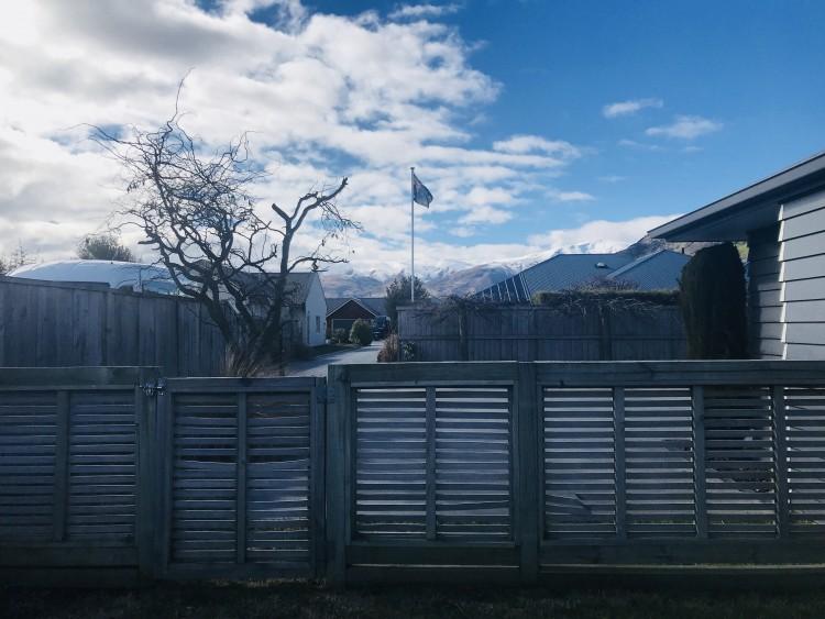 집 뒷마당에서 바라본 풍경예요. 아직은 일교차가 있어서 산위에 눈이 덮여있답니다.