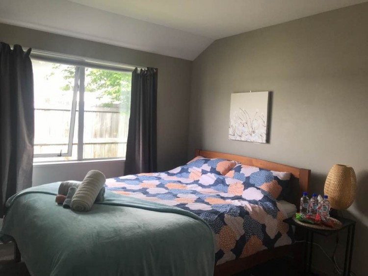 퀸사이즈베드가 있는 개인실(2인)이며, 거실과 키친으로부터 떨어져 있어서 독립적이며 아늑하게 지낼 수 있습니다.